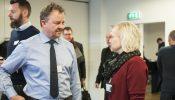 Lisbeth Valther giver sparring til Torben Farup fra Real Safety